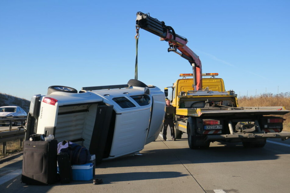Der Kleintransporter hatte sich überschlagen, vier Personen wurde dabei verletzt.