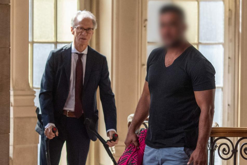 Clanchef Arafat Abou-Chaker (44, r.) betritt mit einem Anwalt das Gerichtsgebäude. Die Verteidigung bezweifelte die Angaben Bushidos zu dem Treffen in dem Büro im Januar 2018.