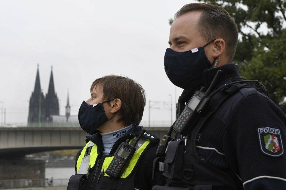 Polizisten in Köln mit Schutzmasken.