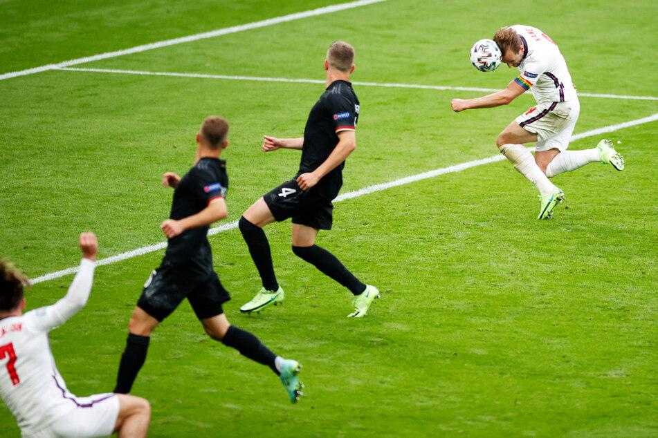 Der K.o. für Deutschland: Harry Kane (r.) nickt nach Flanke von Jack Grealish (l.) zum 2:0 für England ein.
