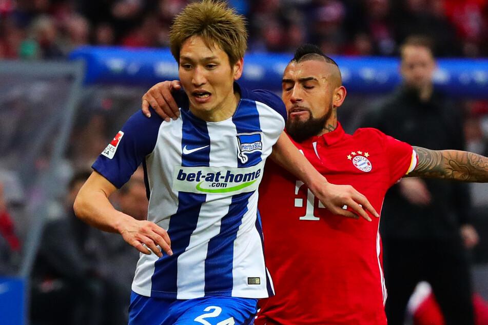 Genki Haraguchi im Zweikampf mit Bayerns Arturo Vidal. Vier Jahre lang spielte der Japaner für Hertha BSC.