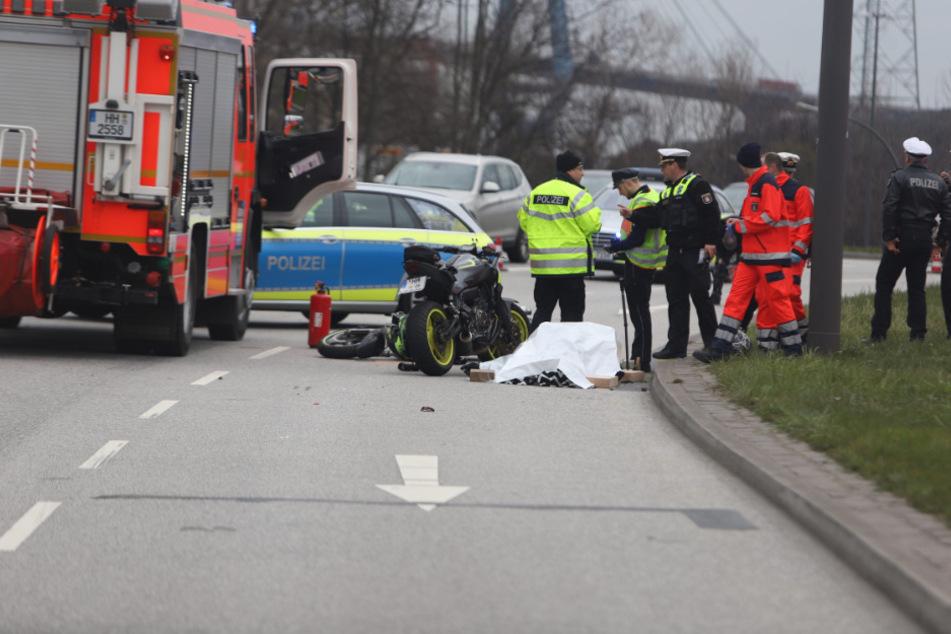 Rettungskräfte stehen um den abgedeckten Leichnam.