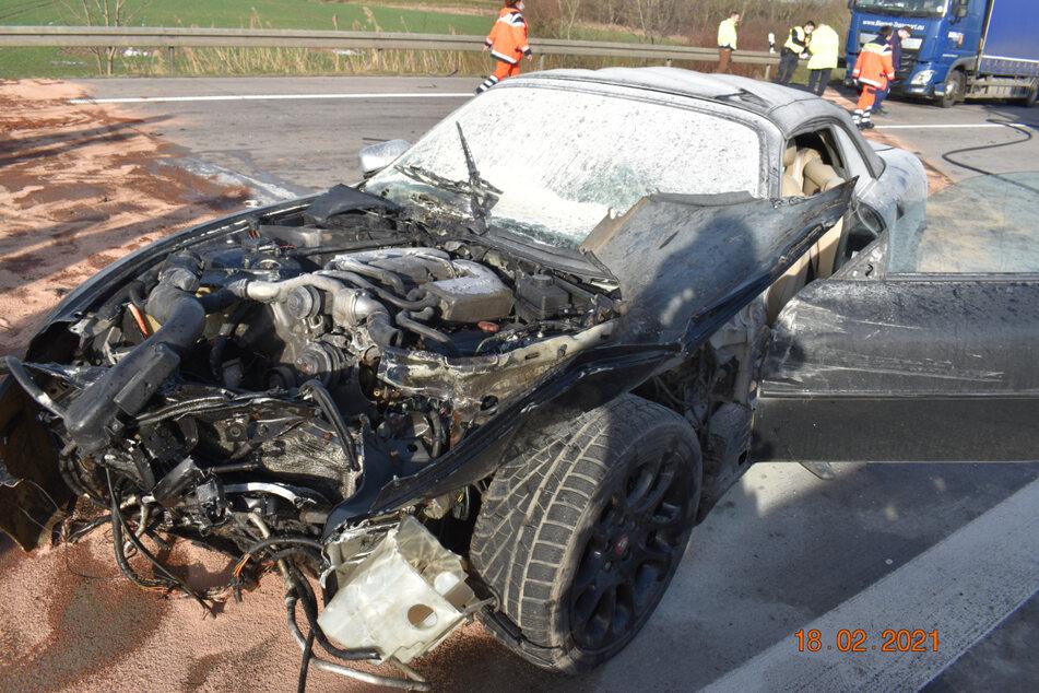 In dem nicht mehr fahrbereiten Jaguar wurden zwei Personen schwer verletzt.