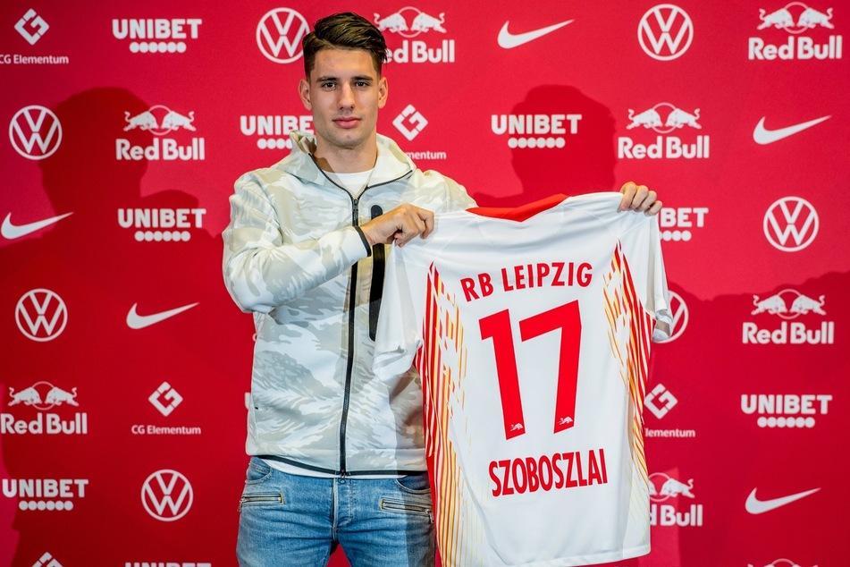 Dominik Szoboszlai (20) mit seinem neuen Trikot. Im Februar soll der Offensivmann ins Mannschaftstraining zurückkehren.