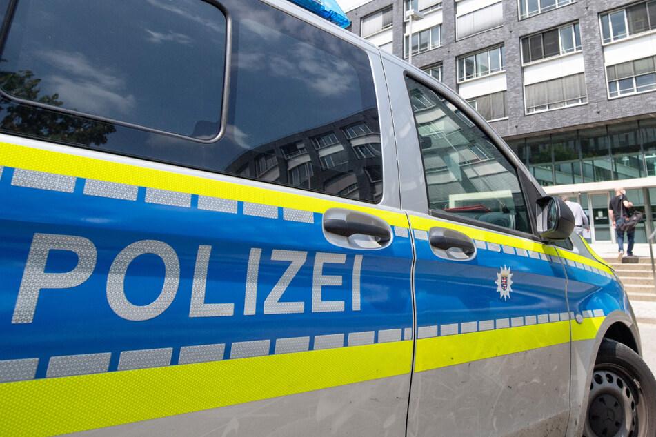 """Ein Polizeiwagen steht vor dem Polizeipräsidium Frankfurt – die Polizei der Mainmetropole war auch in den Skandal um die sogenannten """"NSU 2.0""""-Drohschreiben verwickelt."""