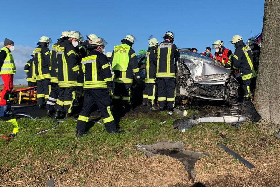 Rettungskräfte befreien die Unfallopfer aus dem Fahrzeug.