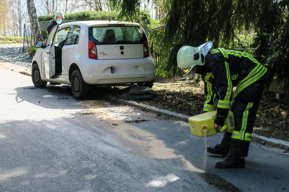 Einsatzkräfte der Feuerwehr kümmerten sich um die breit gefahrenen Ölspuren auf der Straße, welche während der Arbeiten voll gesperrt werden musste.