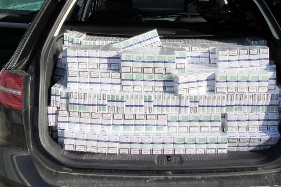 Der gesamte Kofferraum war mit Zigaretten ausgefüllt.