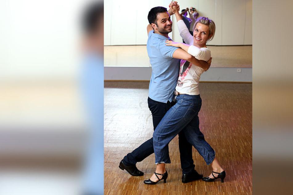 """Die Chemnitzer Polizeisprecherin Jana Kindt (52) mit ihrem Profi-Tanzpartner Ivo Lodesani (28) beim """"Star Dance""""-Training in der Tanzschule Köhler-Schimmel."""