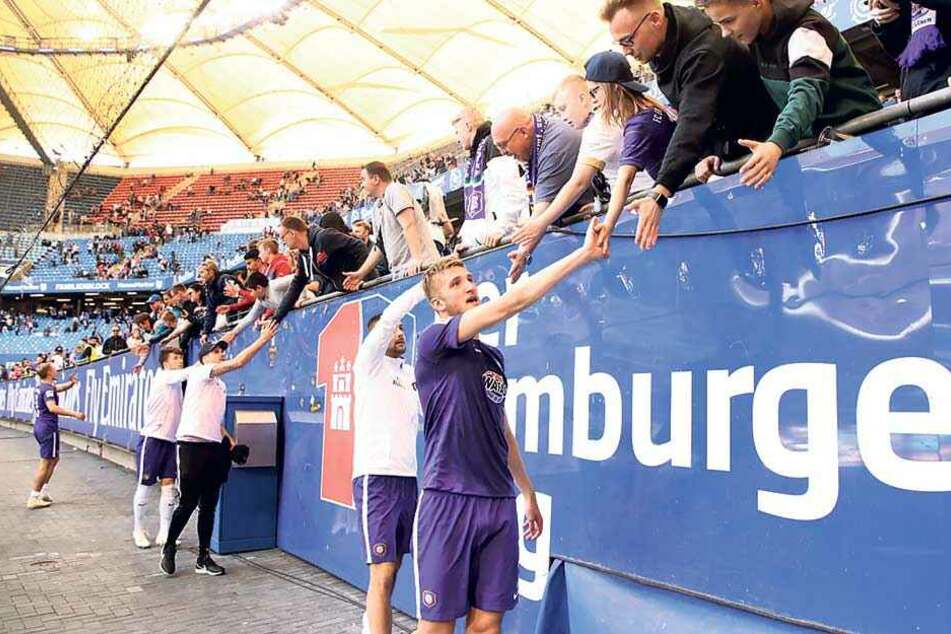Gemeinsam feiert sich's am besten: Jan Kral (vorn) und seine Mitspieler klatschen mit den Fans ab.