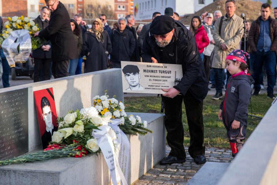 Imam-Jonas Dogesch und seine Tochter Jonan Talin stellen bei der Gedenkstunde am Tatort eine Gedenktafel auf. Mehmet Turgut wurde am 2004 in einem Imbiss in Rostock-Toitenwinkel vom NSU erschossen.