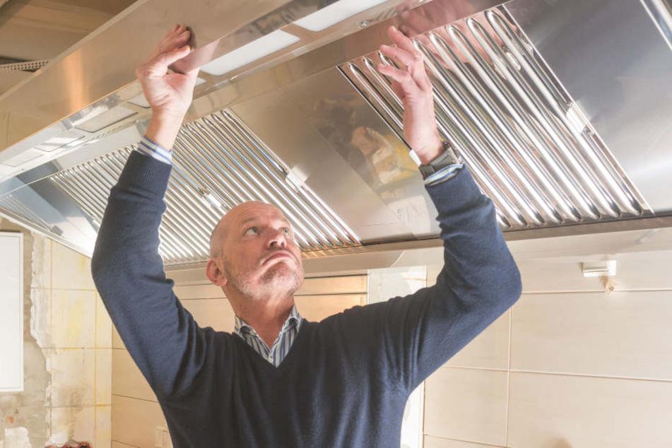 Spitzenkoch Dieter Maiwert (59) legt beim Umbau in der Küche selbst Hand  an.