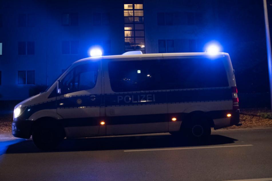 Ein Einsatzfahrzeug der Polizei steht vor einem Haus in Berlin. (Symbolbild)