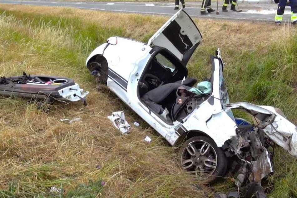 In dem Wrack starb der 55-jährige Fahrer. Seine Beifahrerin (50) wurde lebensgefährlich verletzt.