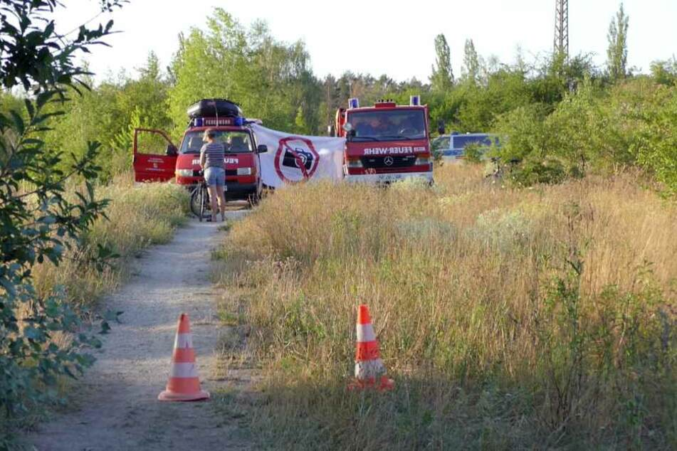 Während die Leiche des Mannes geborgen wurde, spannten die Rettungskräfte eine Sichtschutzdecke.