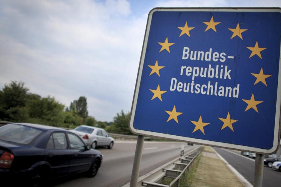 Zwei Männer (20, 28) reisen versteckt unter LKW-Anhänger unerlaubt nach Deutschland ein