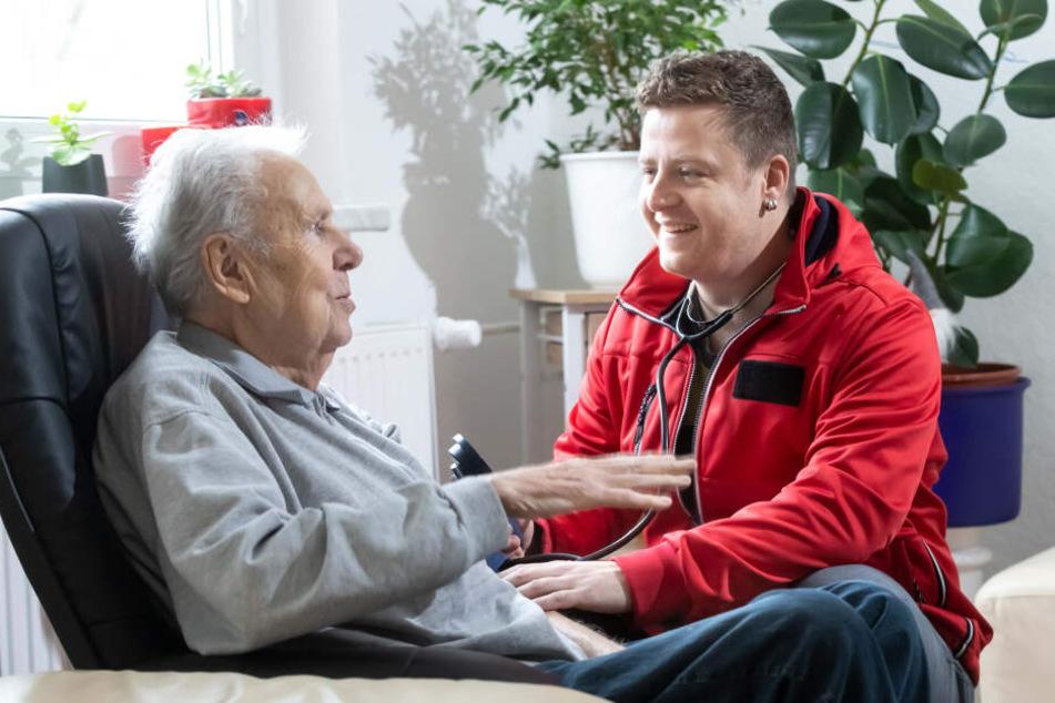Nico Lerch (34) kann sich mehr Zeit für Eberhard Lindner (84), einem Bewohner der Tagespflege, nehmen.