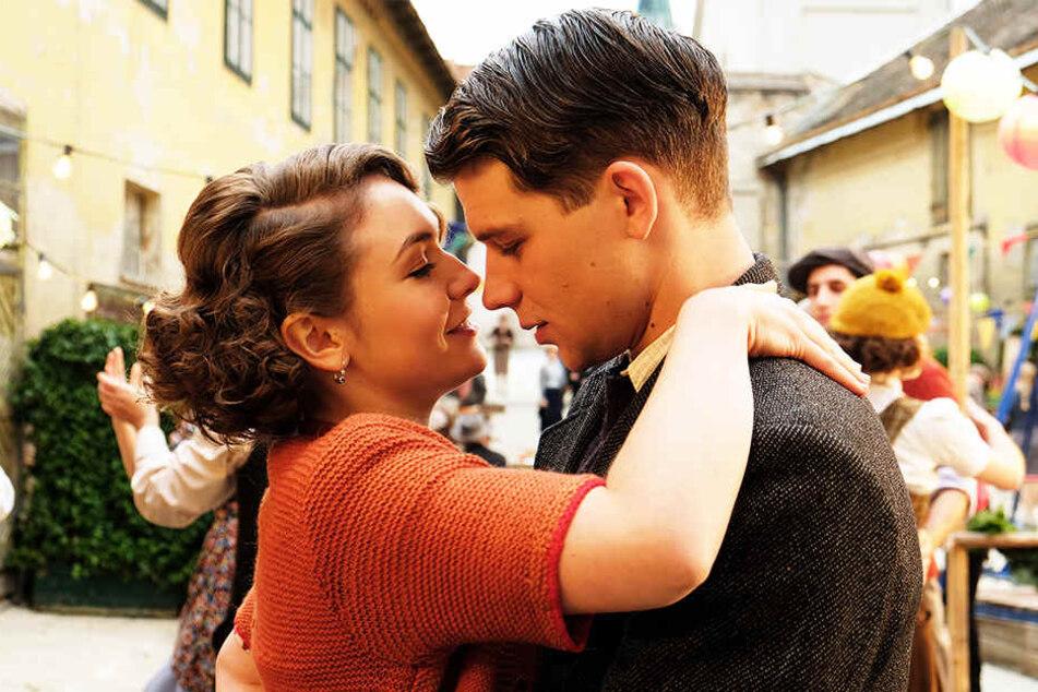 Für Franz Huchel (Simon Morzé, r.) ist es Anezka (Emma Drogunova, l.) die Liebe auf den ersten Blick. Sie sieht das allerdings anders.