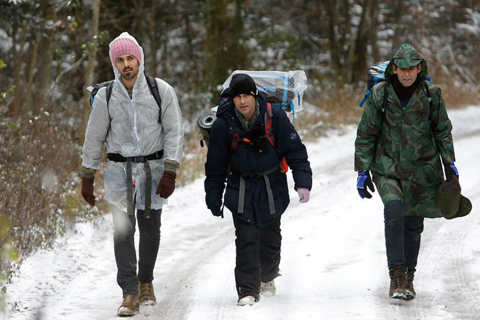 Bosnische Migranten gehen durch den Wald am Gebirgszug Pljesevica, um bei Bihac illegal die Grenze nach Kroatien zu überqueren.
