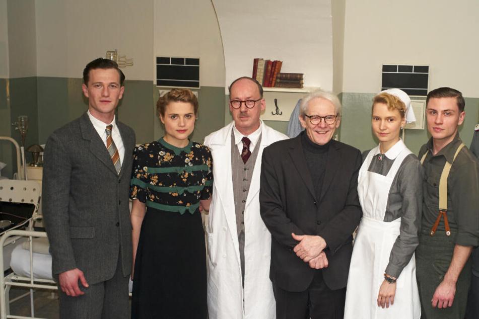 Artjom Gilz (l-r, spielt Artur Waldhausen), Mala Emde (spielt Anni Waldhausen), Ulrich Noethen (als Ferdinand Sauerbruch), Karl Max Einhäupl, der Vorstandsvorsitzende der Charité in Berlin, Frida-Lovisa Hamann (als Schwester Christel) und Jannik Schümann