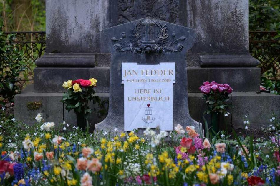 Grab von Jan Fedder hat Grabstein bekommen