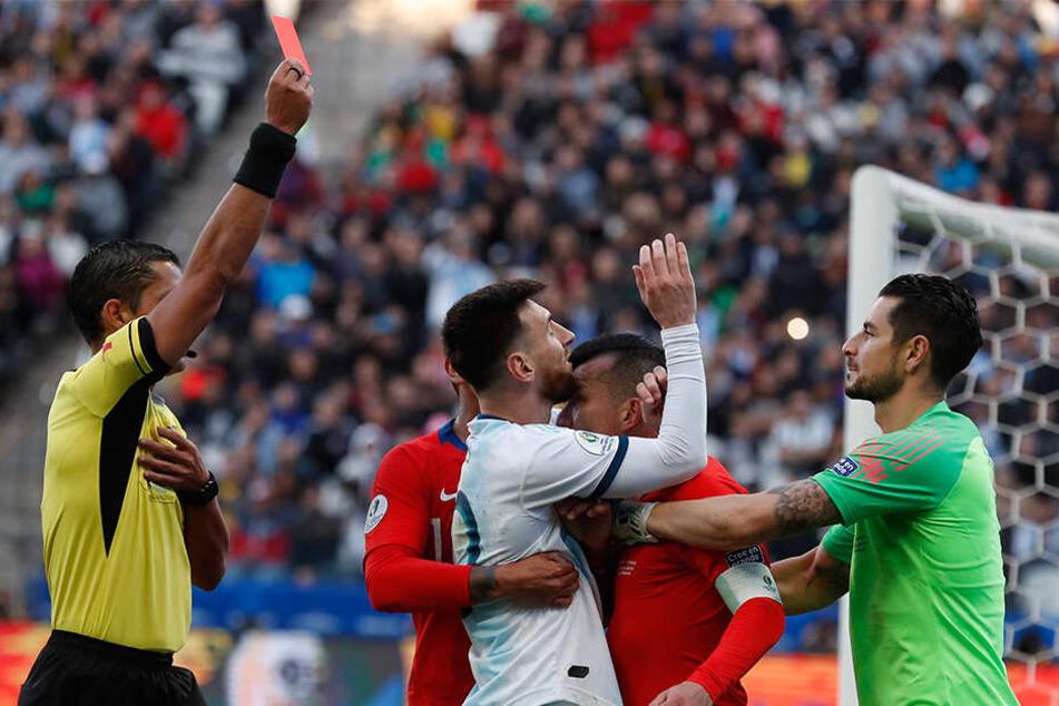 Messi und Medel bekommen nach ihrer Rangelei Glatt Rot von Schiedsrichter Mario Diaz de Vivar.