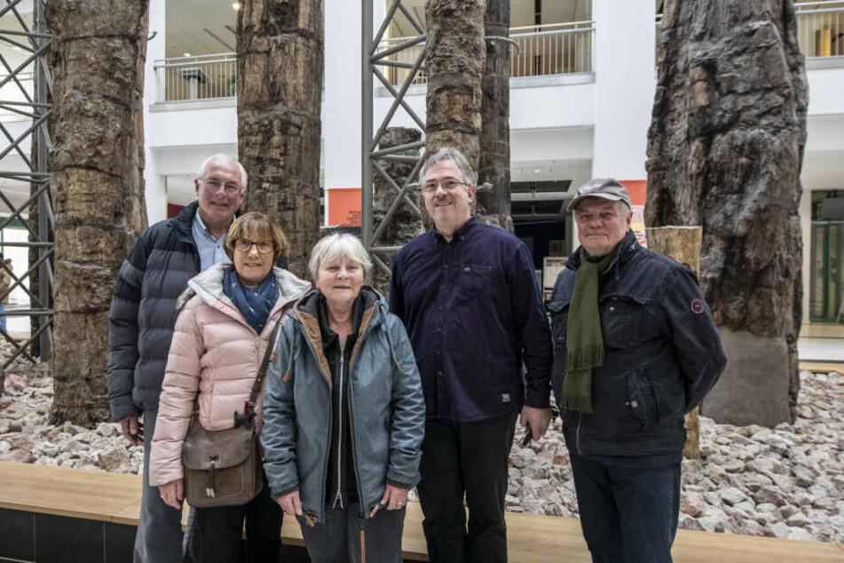 Krimi-Autor Bernd Küpperbusch (69, r.) lud Engländer nach Chemnitz ein und besuchte mit ihnen den Versteinerten Wald.