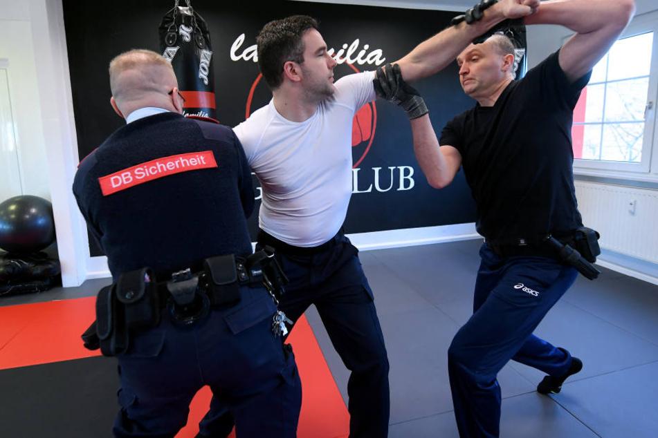 In einem Sicherheitstraining der Deutschen Bahn trainieren Angestellte der Bahn, sich zu verteidigen. (Archivbild)