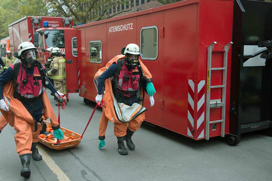 Spezialkräfte der Feuerwehr rücken an, um die ausgetretende Flüssigkeit zu binden.