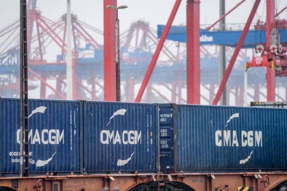 Container verschiedener Reedereien werden im Hamburger Hafen umgeschlagen.