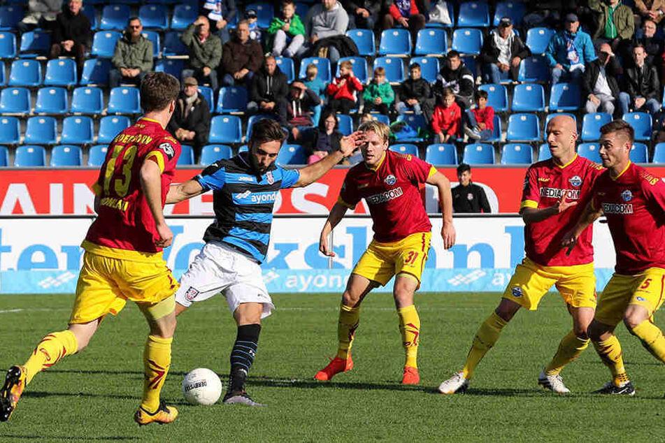 Frankfurts Torschütze zum 1:0 (Fabian Schleusener) kann sich hier gegen vier Paderborner durchsetzen.