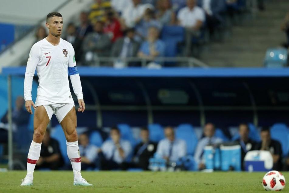 Geht es hier noch um Fußball? Ronaldo inszeniert sich und seine Beine perfekt vor einem Freistoß.