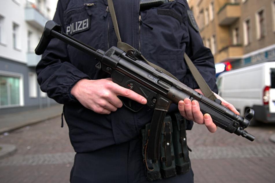 Eine Kugel aus der Dienstwaffe eines Polizisten traf den Mann. (Symbolbild)