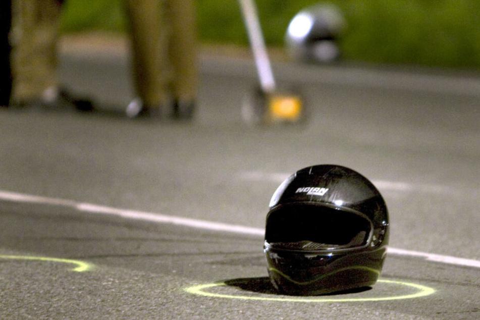 Der Beifahrer fiel beim Stunt vom Motorrad und blieb verletzt liegen. (Symbolbild)