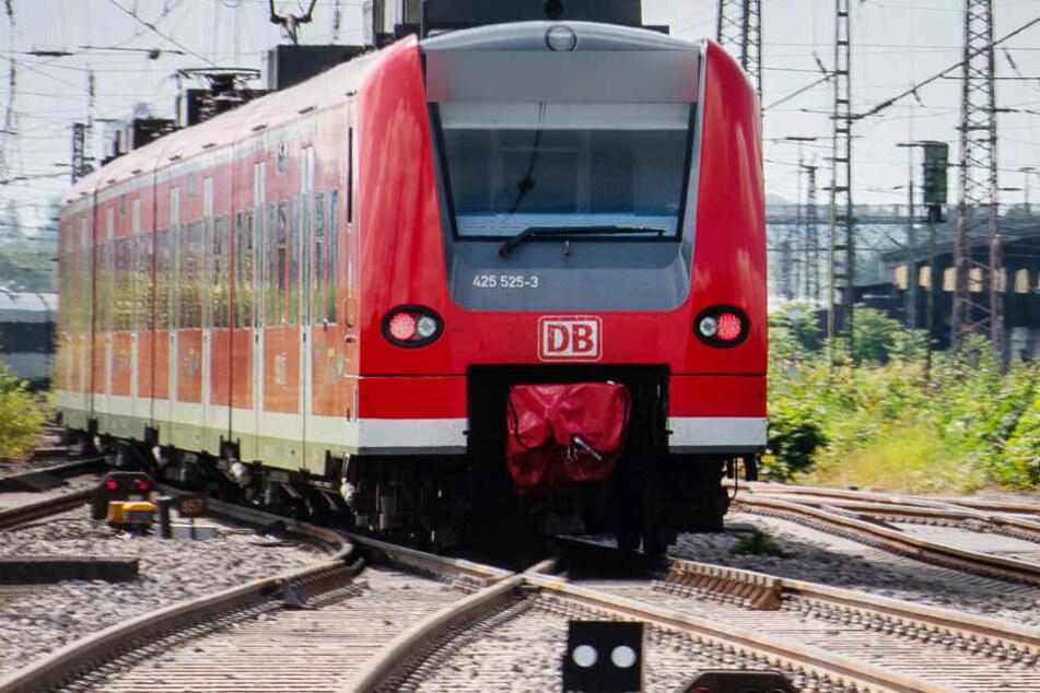 Tödlicher Unfall: Frau stürzt in Köln-Ehrenfeld ins Gleis