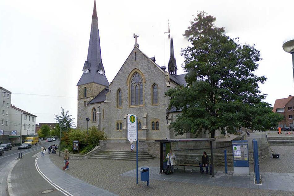 An der Kirche in Brackwede wurde der 29-Jährige überfallen.
