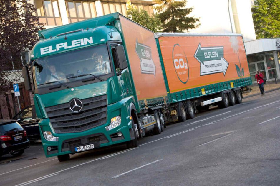 Ein 25,25 m langer Lastwagen fährt im Daimler-Werk in Sindelfingen. (Archivbild)