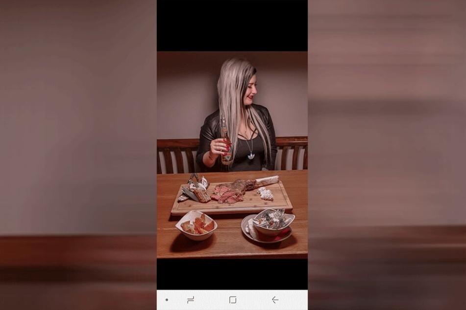 Wo bei anderen Bloggerinnen der Fitness-Shake in Szene gesetzt wird, zeigt Lyn, dass sie gern auch mal ein Steak isst.