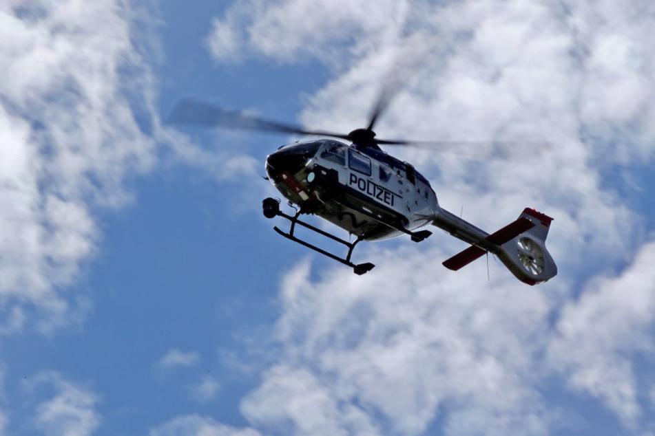 In der Nacht zu Freitag schwebte ein Hubschrauber der Polizei über dem Südwesten Leipzigs. (Symbobild)