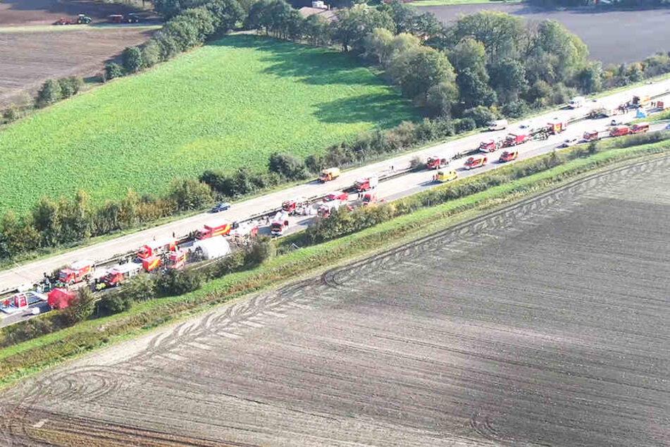 Zahlreiche Rettungsfahrzeuge stehen nach einem Unfall mit einem Gefahrguttransporter auf der A29. Ein Sicherheitsbereich wurde eingerichtet. Die Umgebung gesperrt.
