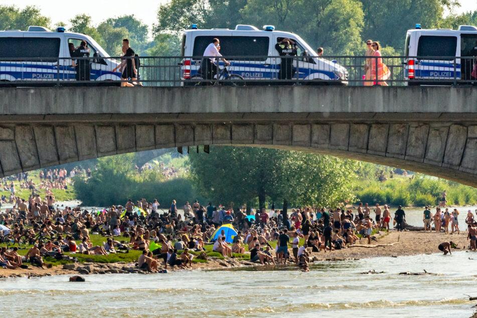 Hunderte Menschen belagern bei sommerlichen Temperaturen die Frühlingsanlagen an der Isar.