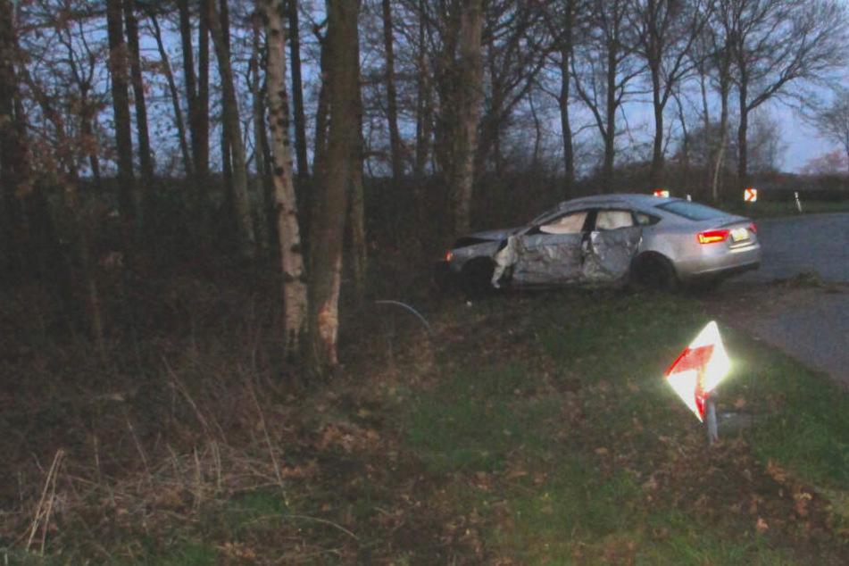 Der Wagen steht nach dem Unfall ziemlich demoliert noch halb auf der Straße, in der die verhängnisvolle Kurve verlief.