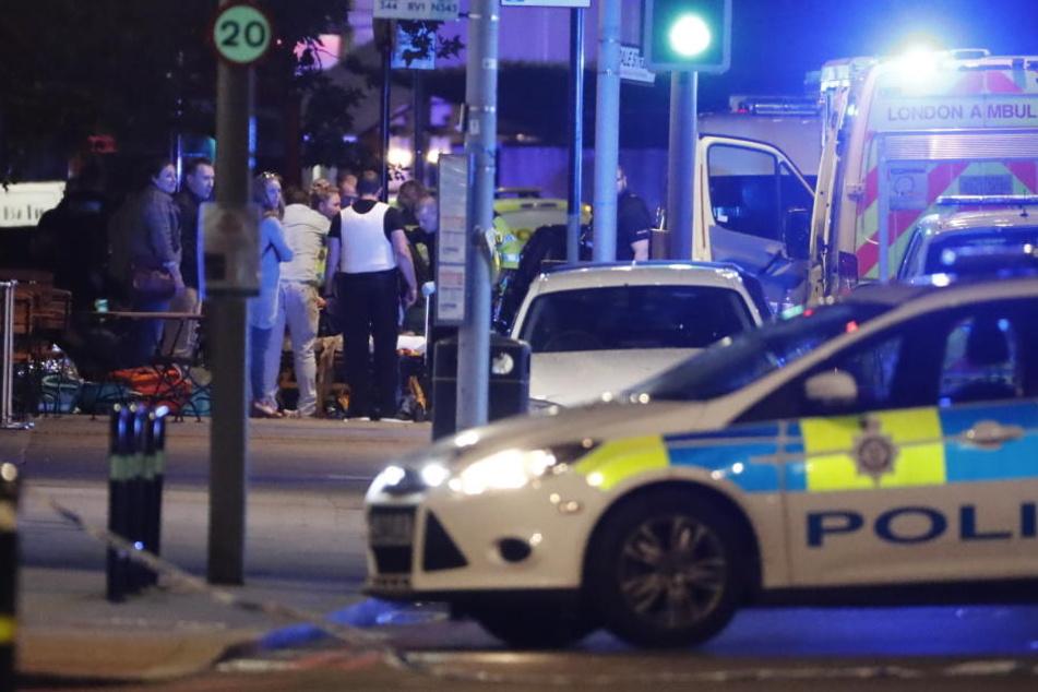 Polizisten sind am Tatort vor Ort. Die mutmaßlichen Täter wurden erschossen.