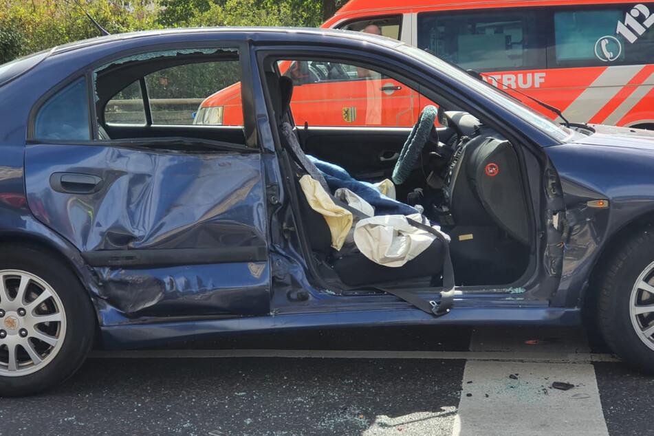Die Beifahrertür des beteiligten Autos musste von der Feuerwehr entfernt werden, da sie sich nicht mehr öffnen ließ.