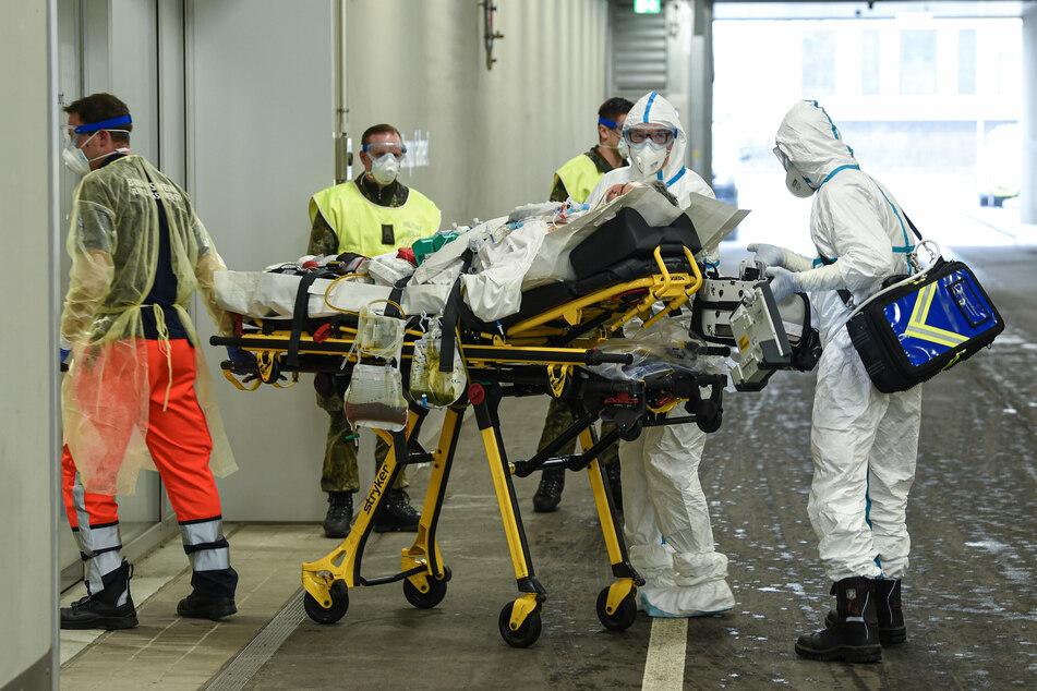 Ein Coronapatient aus Frankreich kommt im Krankentransportwagen am Bundeswehrkrankenhauses in Ulm an. Die Zahl der Sterbefälle sinkt auf das Durchschnittsniveau - nicht nur in Deutschland, sondern auch in Spanien, Großbritannien und Schweden.