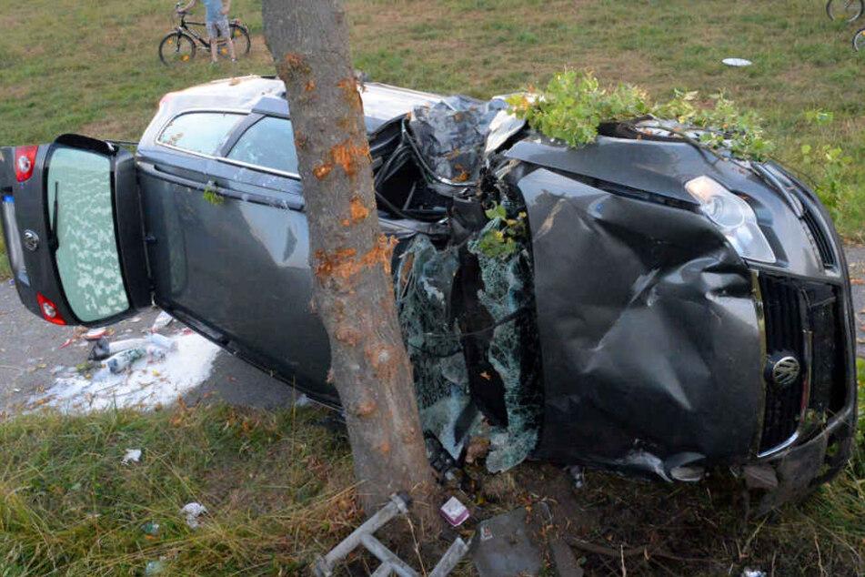 VW kommt ins Schleudern, kippt auf Seite und kracht gegen Baum