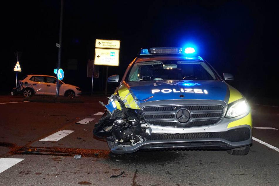 Ein Polizeiwagen wurde von einem Fluchtauto gerammt. (Symbolbild)