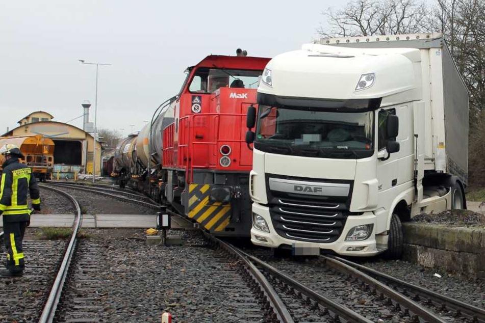 Unfall am Bahnübergang: Lok kracht in Lkw