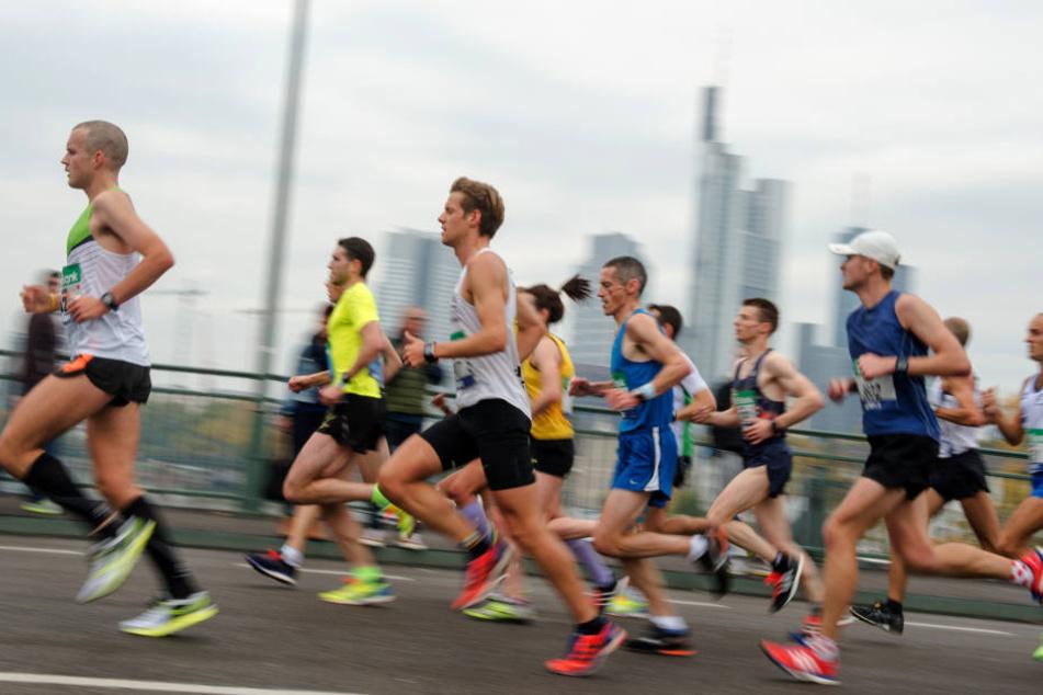 Beim Frankfurt Marathon müssen sich Läufer und Zuschauer auf schlechtes Wetter einstellen.