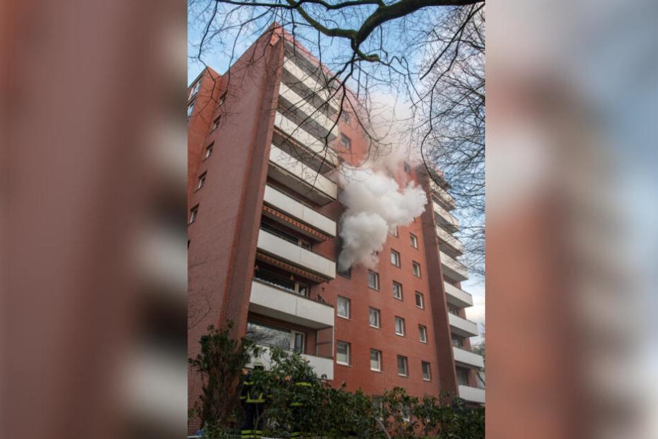 Riesige Rauchwolken stiegen aus dem Wohnhaus in Hamburg-Horn.
